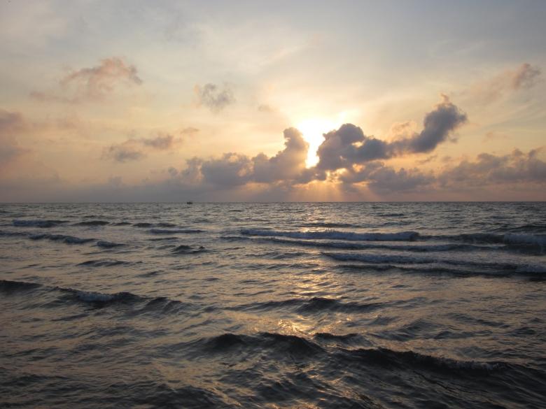 No sé si entiendo lo que más admiro , que cante el Mar estando Dios callado